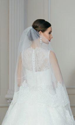 Кружевное свадебное платье с пышным силуэтом и роскошным поясом, покрытым бисером.