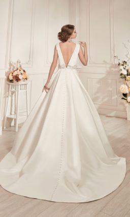 Атласное свадебное платье силуэта «принцесса» с округлым декольте и широким поясом.