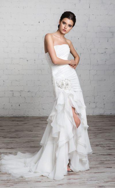 Прямое свадебное платье с соблазнительным разрезом сбоку по подолу и длинным шлейфом.