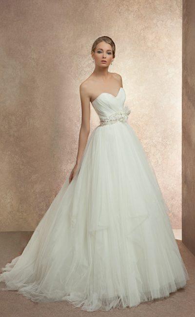 Торжественное свадебное платье с юбкой пышного силуэта и широким поясом с бутоном сбоку.