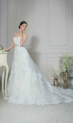 Романтичное свадебное платье с лифом сердечком и кружевной юбкой А-силуэта.