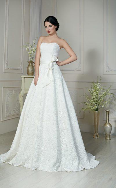 Кружевное свадебное платье с атласным поясом с пышным бантом на боку.