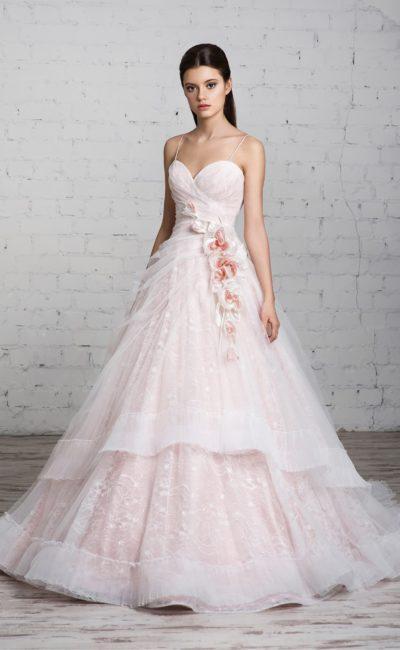 Розовое свадебное платье с лифом в форме сердца и юбкой силуэта «принцесса» со шлейфом.