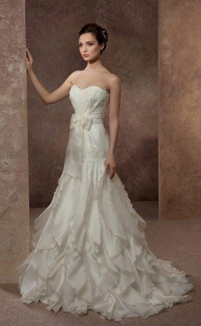 Свадебное платье с открытым лифом с вышивкой и юбкой «рыбка» с оборками и шлейфом.
