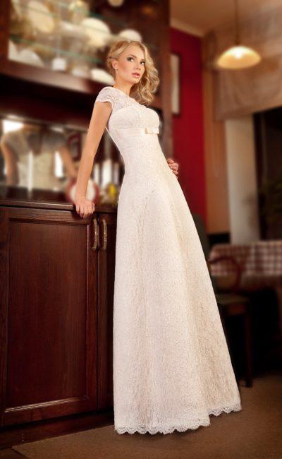 Прямое свадебное платье с завышенной талией и короткими кружевными рукавами.