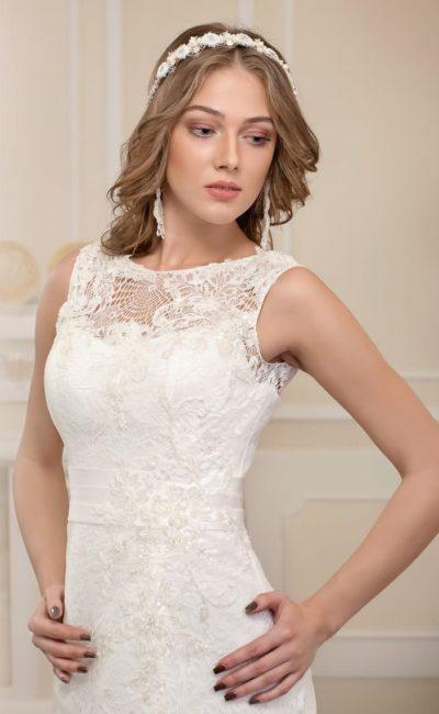 Прямое свадебное платье с широким поясом и отделкой из плотного кружева.