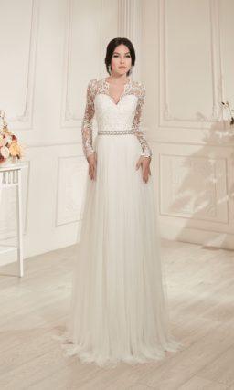 Прямое свадебное платье с верхом, оформленным выразительной ажурной тканью.