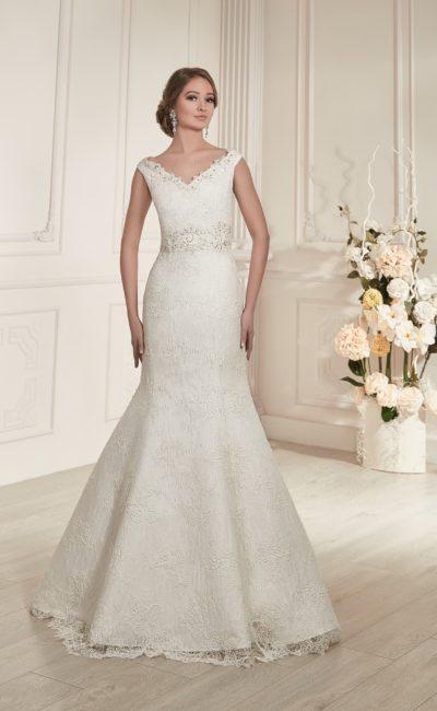 Кружевное свадебное платье силуэта «рыбка» с изящным V-образным декольте.