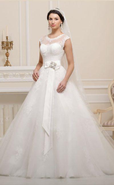 Закрытое свадебное платье «принцесса» с ажурной отделкой и роскошным поясом.