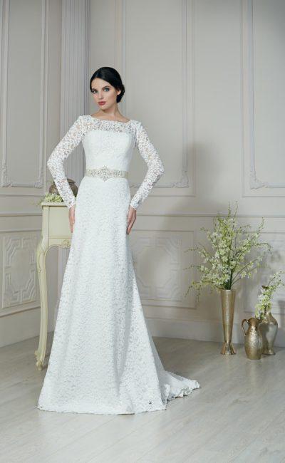 Прямое свадебное платье с декором из плотного кружева, создающего рукава и обрамляющего вырез сзади.
