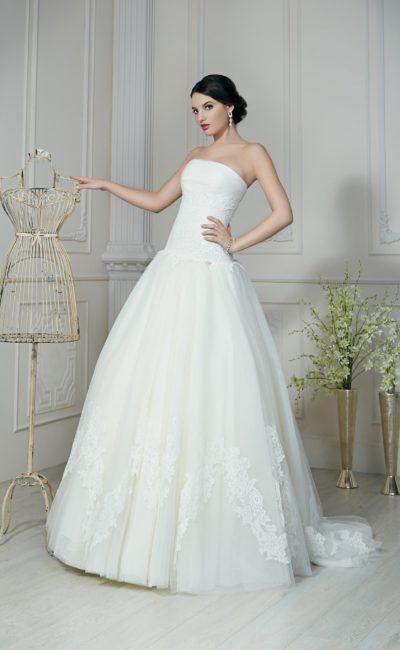 Открытое свадебное платье с прямым лифом и кружевными аппликациями на пышной юбке.