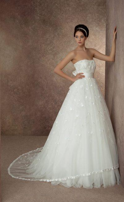 Открытое свадебное платье силуэта «принцесса» с длинным шлейфом и отделкой из аппликаций.