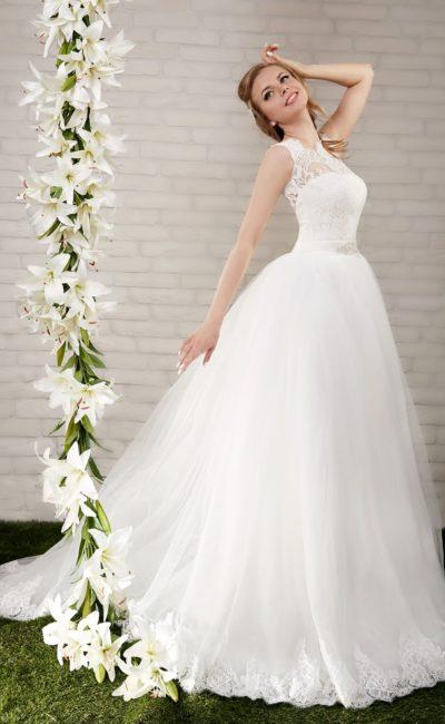 Пышное свадебное платье с кружевной отделкой лифа и открытой спинкой.