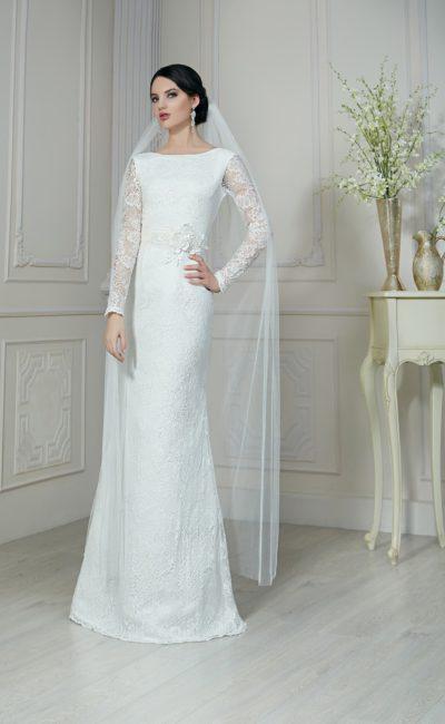 Прямое свадебное платье с открытой округлым вырезом спинкой и длинными ажурными рукавами.