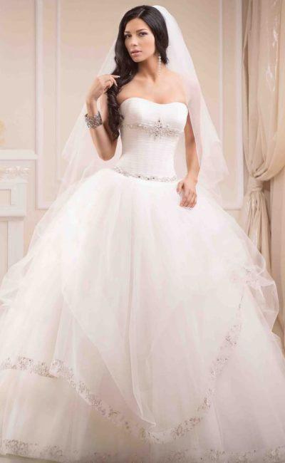 Роскошное свадебное платье с пышной юбкой с оборками и сверкающей вышивкой на корсете.