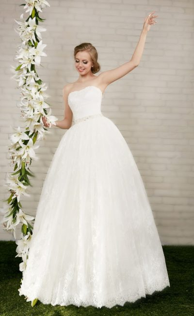 Пышное свадебное платье с кружевной отделкой юбки и поясом, украшенным бисером.
