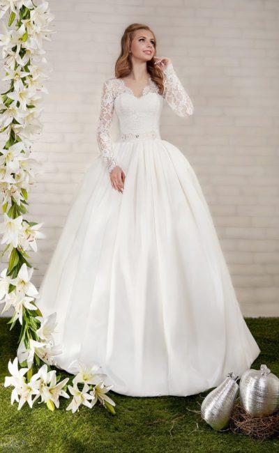Пышное свадебное платье с атласной юбкой, V-образным вырезом и длинными рукавами.