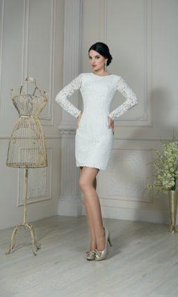 Короткое свадебное платье прямого силуэта со смелым декольте на спинке.