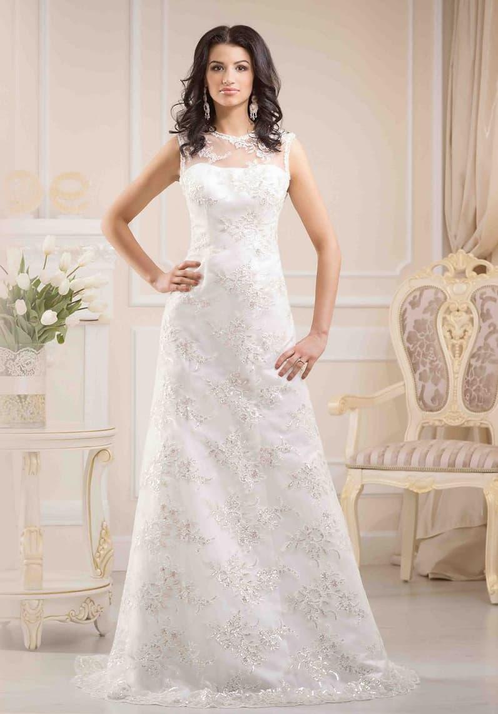 Закрытое свадебное платье А-силуэта, по всей длине покрытое полупрозрачной ажурной тканью.