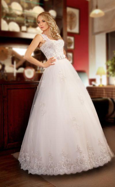 Открытое свадебное платье силуэта «принцесса» с широкими ажурными бретелями.