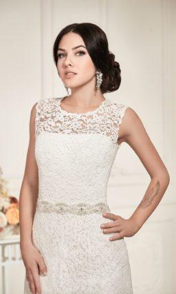 Прямое свадебное платье с декором из плотной ажурной ткани и округлым вырезом декольте.
