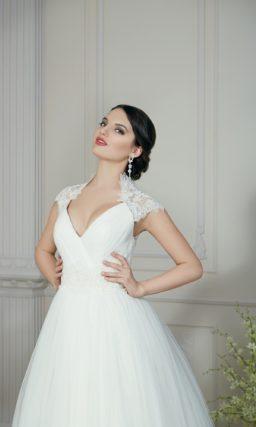 Пышное свадебное платье с ажурными рукавами и воротником, а также кружевной спинкой.