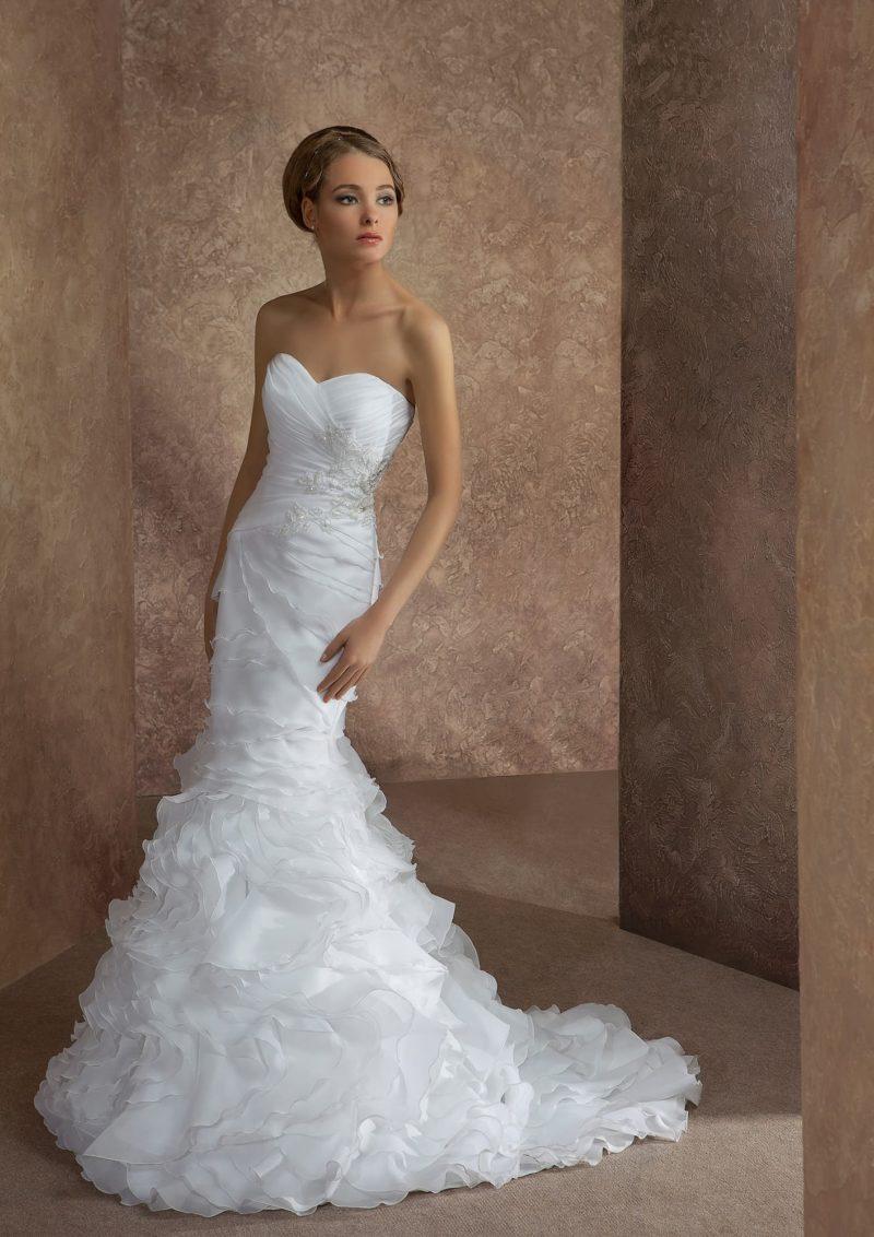 Открытое свадебное платье силуэта «рыбка» с роскошными волнами оборок по юбке со шлейфом.
