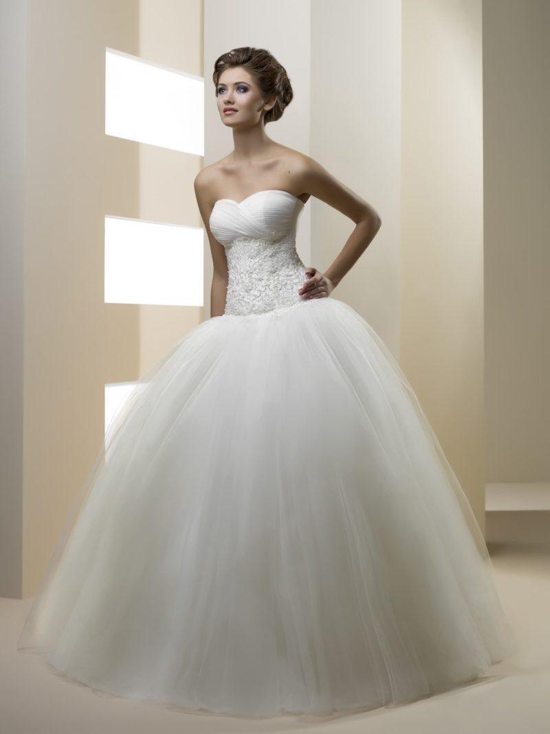 Свадебное платье с фактурным корсетом и многослойной юбкой пышного силуэта.