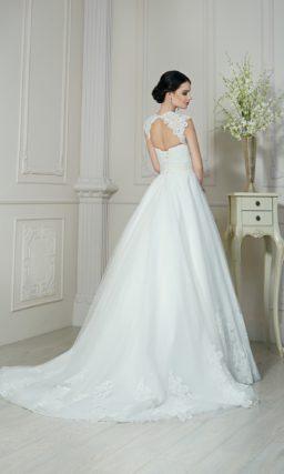 Пышное свадебное платье с длинным объемным шлейфом и широкими бретелями из кружева.