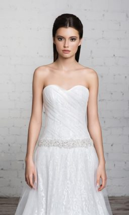 Прямое свадебное платье с заниженной линией талии и полупрозрачным верхом.