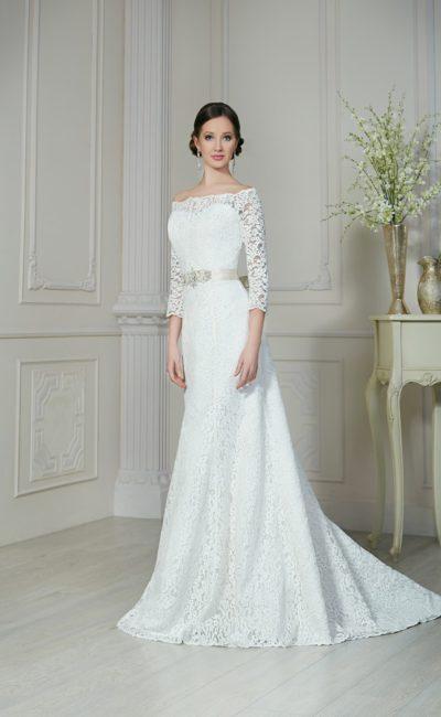Прямое свадебное платье с аристократичным портретным декольте и кружевными рукавами.
