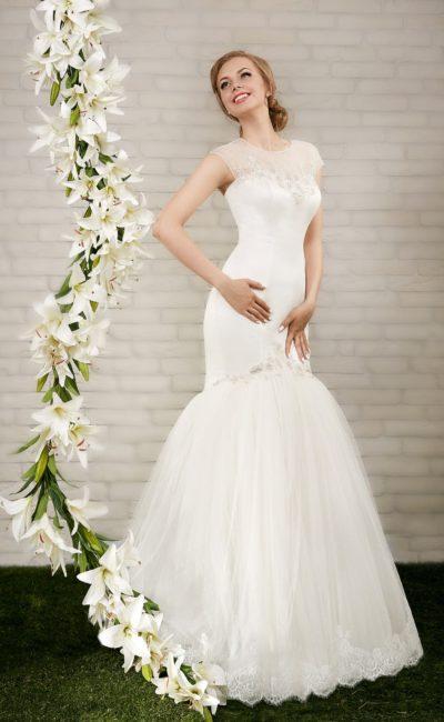 Закрытое свадебное платье силуэта «рыбка» с соблазнительным корсетом из атласной ткани.