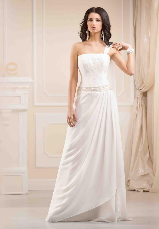 Прямое свадебное платье с асимметричным лифом и драпировками на юбке.