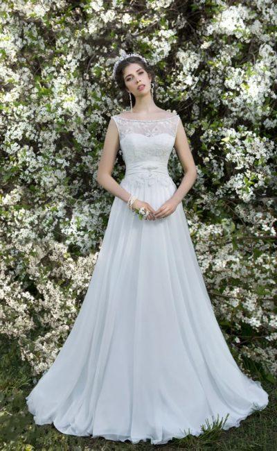 Свадебное платье силуэта «принцесса» с кружевным корсетом и полупрозрачной юбкой.