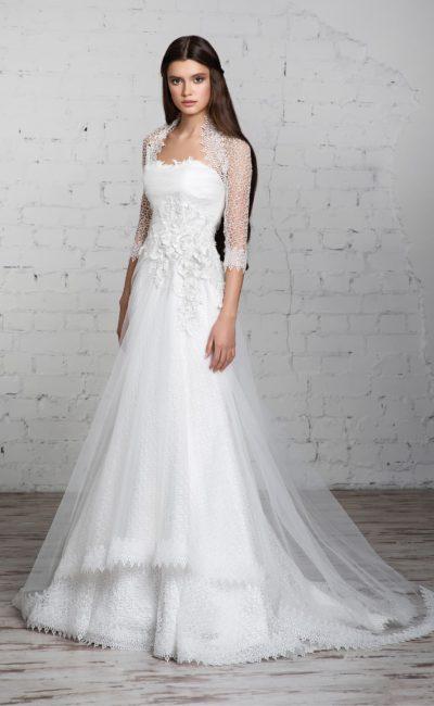 Прямое свадебное платье с ажурным болеро и фактурным кружевным декором корсета.