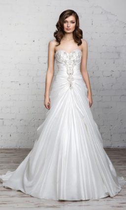 Свадебное платье «принцесса» с вырезом в форме сердечка и роскошными атласными драпировками.