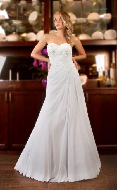 Открытое свадебное платье с прямым силуэтом и драпировками и вышивкой на корсете.
