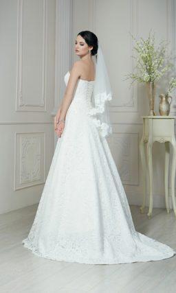 Изысканное свадебное платье А-силуэта с длинным шлейфом и фактурной тканью.