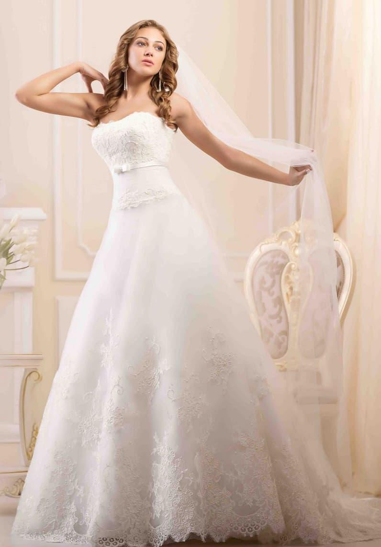 Кружевное свадебное платье с открытым лифом и юбкой силуэта «принцесса».