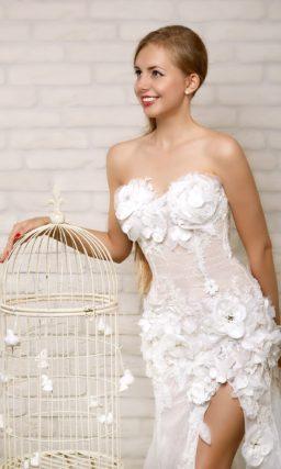 Прямое свадебное платье с разрезом на юбке и объемной отделкой аппликациями.