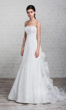 Открытое свадебное платье с силуэтом «принцесса», кружевной юбкой и объемными оборками по шлейфу.