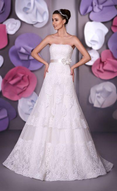 Открытое свадебное платье «принцесса» с кружевным лифом и полупрозрачной отделкой юбки.