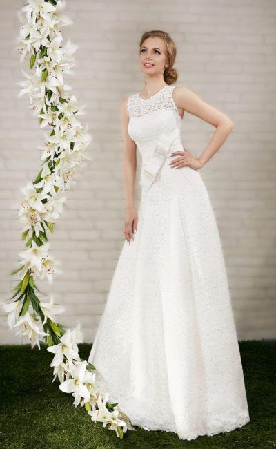 Прямое свадебное платье с кружевным вырезом на спинке  и широким атласным поясом.