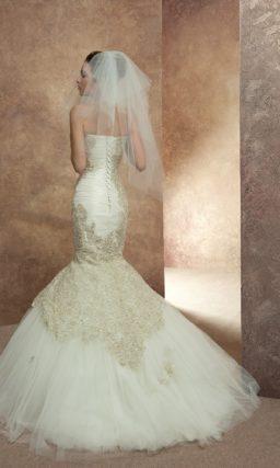 Свадебное платье с пышной юбкой силуэта «рыбка» и декором из золотистого кружева по бокам.