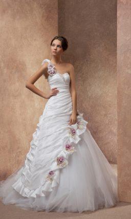 Свадебное платье А-силуэта с асимметричным лифом и цветными бутонами по подолу.