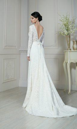 Прямое свадебное платье, покрытое плотным кружевом, на спинке обрисовывающим V-образный вырез.
