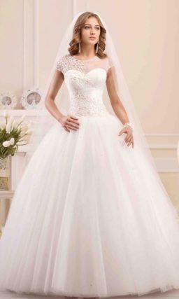 Пышное свадебное платье с закрытым верхом, оформленным полупрозрачной тканью.