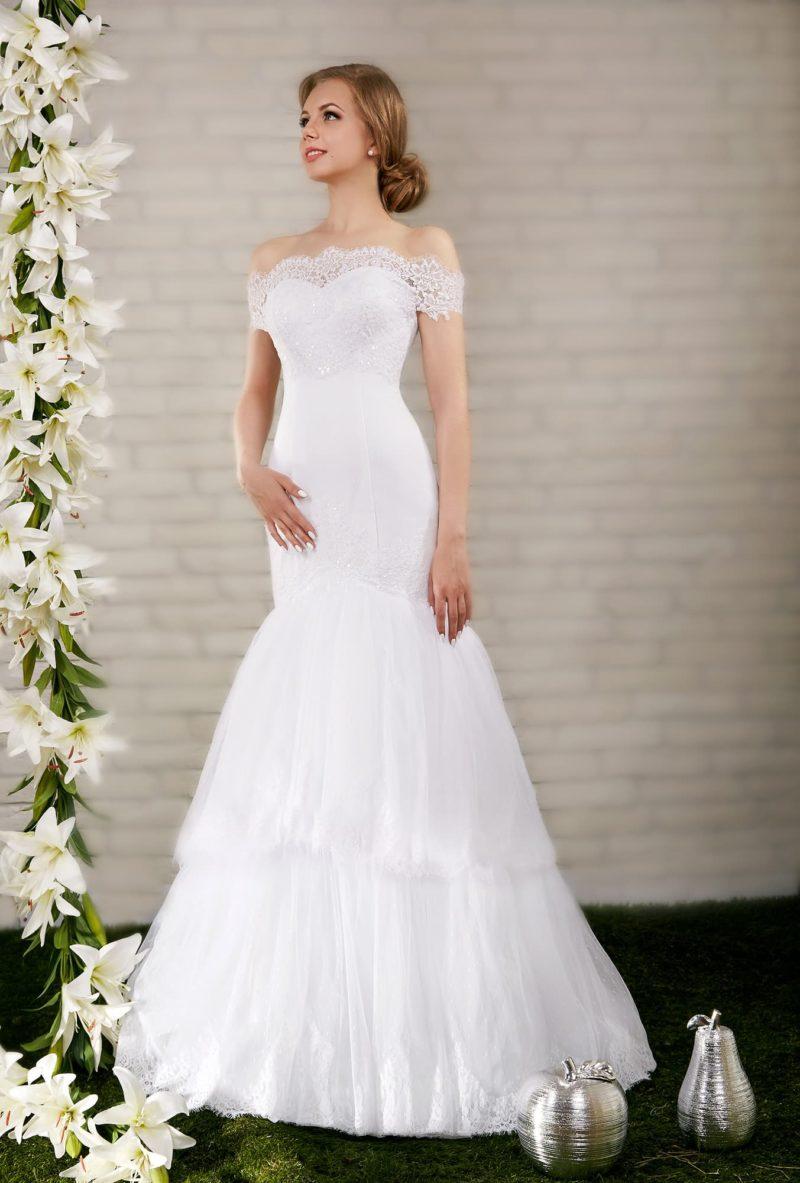 Свадебное платье силуэта «рыбка» с многоярусной юбкой и романтичным портретным декольте.
