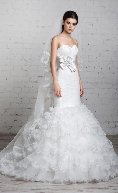 Свадебное платье с роскошной юбкой силуэта «рыбка» и широким атласным поясом с бантом сбоку.