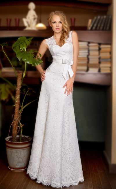 Прямое свадебное платье с широкими кружевными бретелями и атласным поясом с бантом.